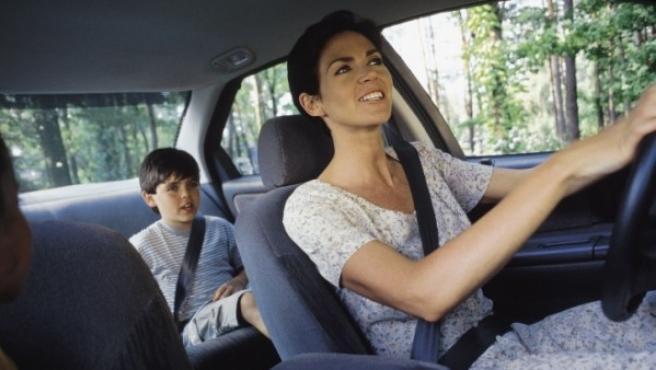 La DGT recomienda que los niños no viajen en la plaza delantera hasta que midan al menos 1,50 metros de altura, ya que es más seguro viajar en los asientos traseros.