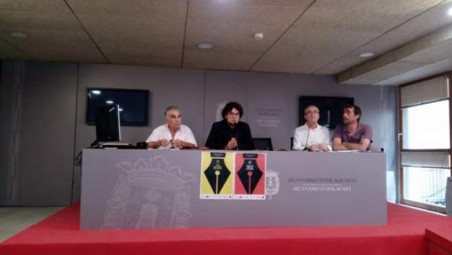Dani Simón, de negre, presenta la 47 Fira del Llibre