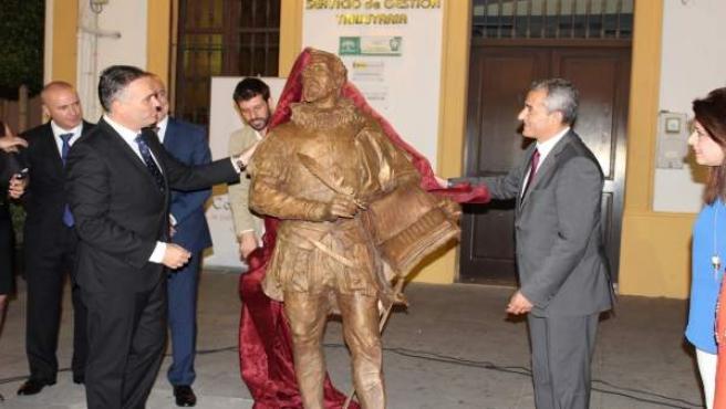 Inauguran una escultura de Cervantes en La Palma del Condado.