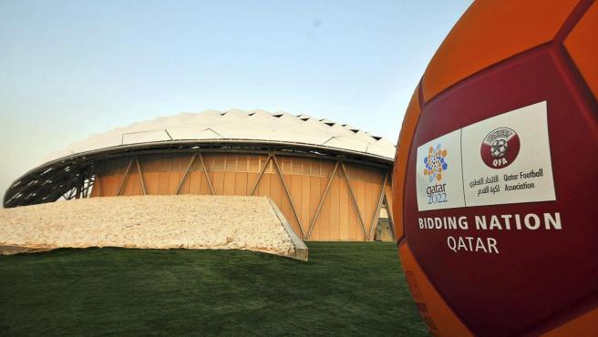 Fotografía de archivo realizada el 14 de septiembre de 2010 que muestra el logotipo de la candidatura de Catar al Mundial de la FIFA 2022 frente al modelo de un estadio construido en Doha (Catar).