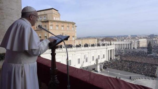 El Papa Francisco se dirige a los fieles desde la logia del Vaticano