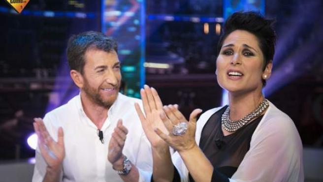 La cantante Rosa López, con el presentador Pablo Motos, en 'El horniguero'.