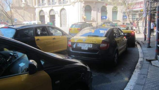 Taxis de Barcelona en una parada de Via Laietana.