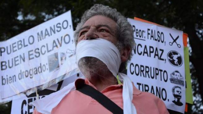 Un centenar de personas se manifiesta en Madrid contra la Ley de Seguridad Ciudadana.