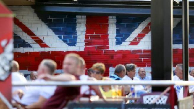 Miles de ciudadanos británicos acuden a las zonas de ocio de la costa levantina, como las de la ciudad de Benidorm, en Alicante, mientras en el Reino Unido se debate sobre el Brexit.