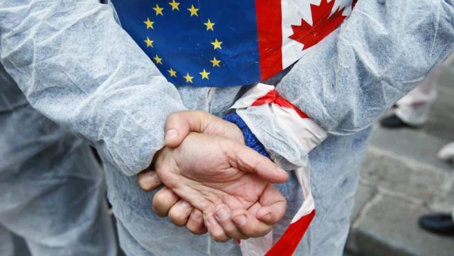 Un detalle de una protesta por el acuerdo comercial UE-Canadá.