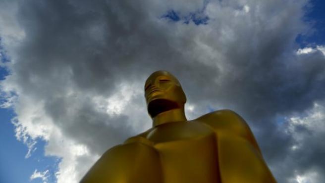 Una estatua de los Óscar antes de recibir una capa de pintura, durante los preparativos para la 89 edición de la entrega de los Premios de la Academia en Hollywood, California (EE UU).
