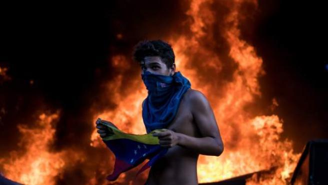 Los manifestantes incendian una sede del BBVA en Venezuela.