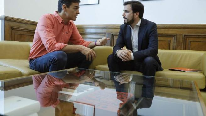 El secretario general del PSOE, Pedro Sánchez (izq), y el coordinador general de IU, Alberto Garzón.