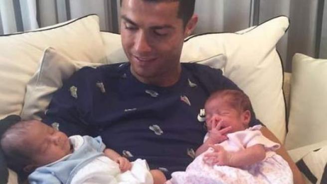Cristiano Ronaldo posa con sus mellizos.