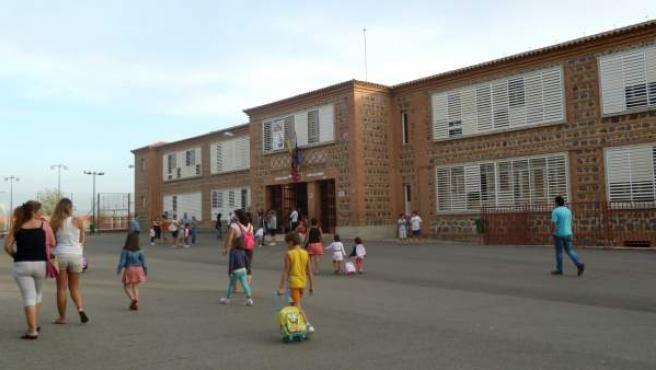 Alumnos entrando en un colegio.