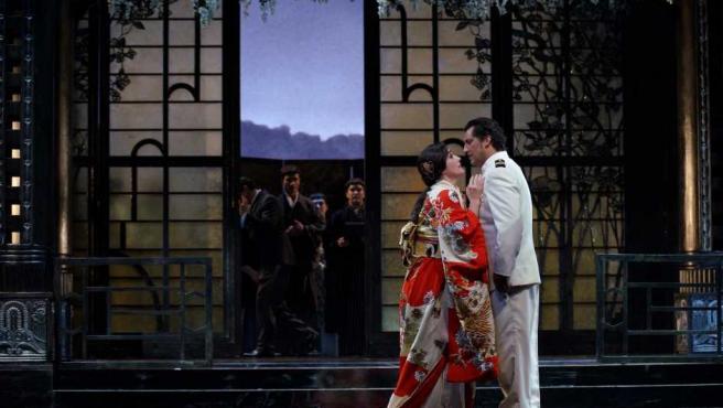 Escena de la ópera 'Madama Butterfly' en la versión de Mario Gas para el Teatro Real, con la soprano Ermonela Jaho y el tenor español Jorge de León.