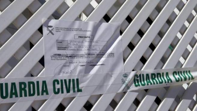 Precinto de la Guardia Civil en el apartamento de la localidad grancanaria de Puerto Rico, donde un hombre británico de 88 años golpeó a su expareja, de 47 años, que posteriormente falleció en un hospital de Las Palmas de Gran Canaria.