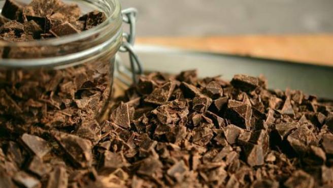 Chocolate puro picado.