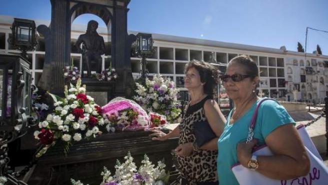 Seguidoras de Camarón de la Isla acuden al mausoleo del artista en el día en que se cumplen 25 años de su muerte.