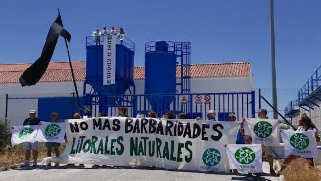 Ecologistas en Acción pone una bandera negra en la EDAR de Barbate