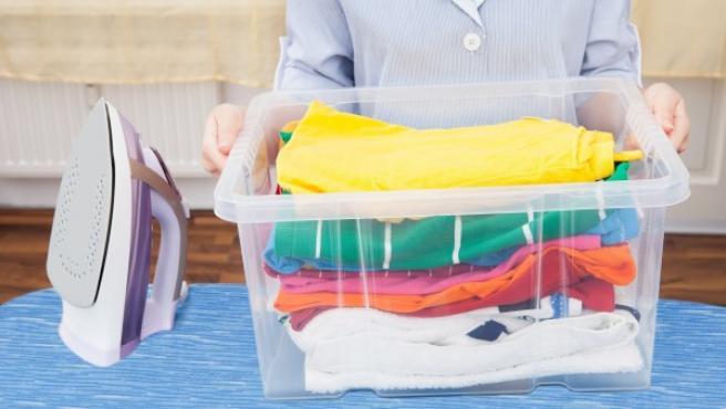Imagen de una trabajadora doméstica haciendo las tareas del hogar