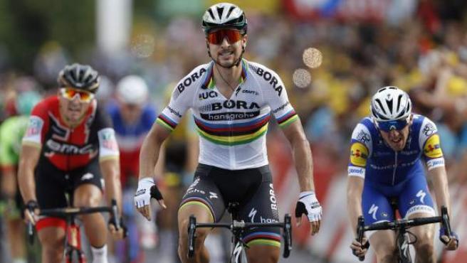 Peter Sagan gana al esprint la tercera etapa del Tour.