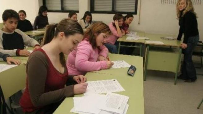 Una profesora imparte clases a sus alumnos de secundaria en un instituto español.