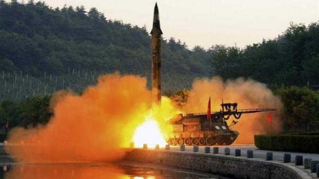 """Fotografía facilitada por la agencia estatal norcoreana KCNA, que muestra el lanzamiento de un misil balístico durante un ensayo de """"un nuevo sistema de ultraprecisión"""" en una localidad sin especificar de Corea del Norte."""