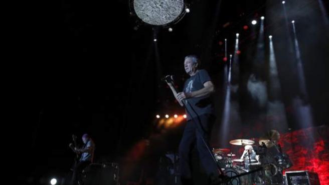 El cantante de la banda de hard rock Deep Purple, Ian Gillan, durante el concierto que ofrecieron el lunes 3 de juliio en el WiZink Center de Madrid. Al fondo, el bajista Roger Glove y el batería Ian Paice.