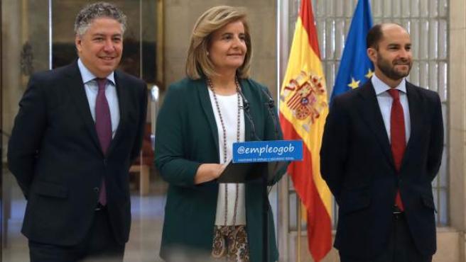 Fátima Báñez, junto a los secretarios de Estado Juan Pablo Riesgo (d) y Tomás Burgos, durante la presentación de los datos de empleo en junio.