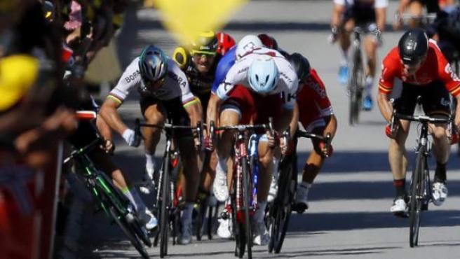 El ciclista eslovaco Peter Sagan saca el codo y derriba al ciclista británico Mark Cavendish (i) durante el esprint final de la 4ª etapa del Tour de Francia.