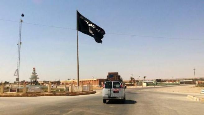 Bandera del grupo Estado Islámico en el centro de Ragua.
