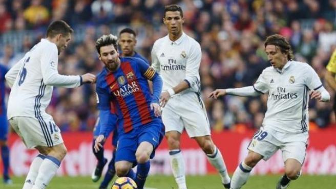 Leo Messi, presionado por Cristiano Ronaldo, Mateo Kovacic y Luka Modric en un Barça - Real Madrid.