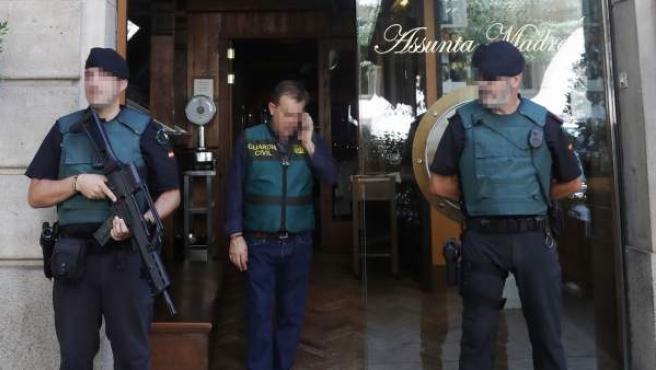 Efectivos de la Guardia Civil durante el registro del restaurante Assunta Madre de Barcelona.