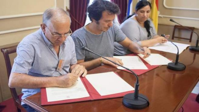 La firma del convenio entre el Ayuntamiento y Calor en la Noche