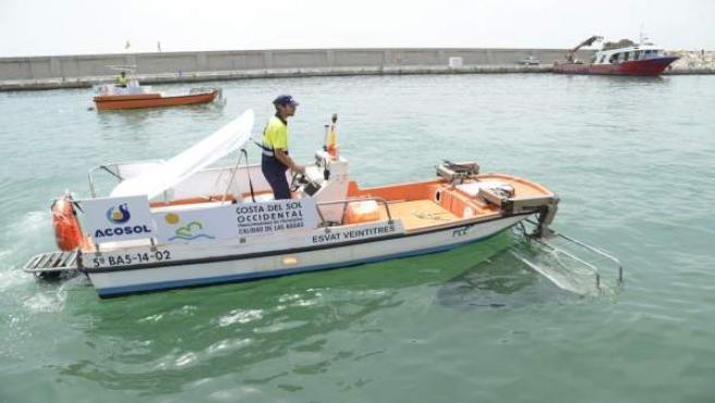 Barco quitanatas torremolinos málaga costa del sol litoral occidental limpieza