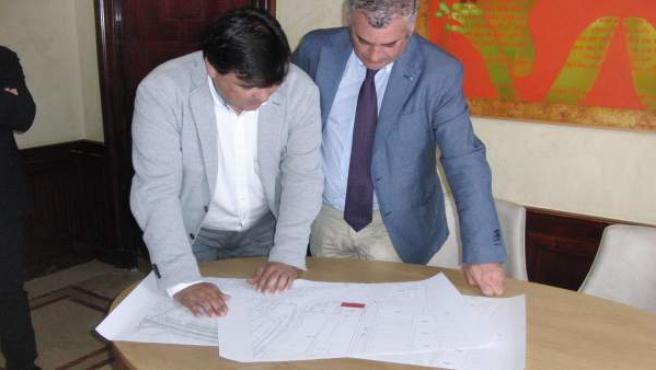Nt Y Fotos Consejero De Empleo Y Alcalde De Huelva