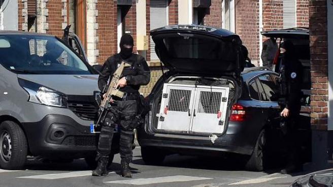 Oficiales de Policía en la localidad francesa de Wattignies, durante una operación antiterrorista llevaba a cabo junto con las fuerzas de seguridad belgas.