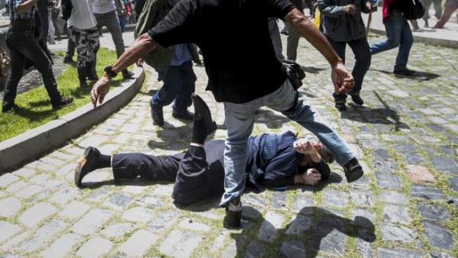 El diputado Américo De Grazia es golpeado por manifestantes en la Asamblea Nacional de Venezuela.