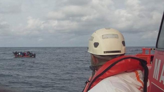 Rescate de inmigrantes en el Estrecho por la Salvamar Gadir.