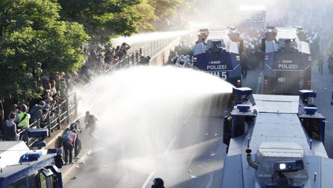La Policía alemana utiliza cañones de agua para disolver una protesta en contra de la celebración de la cumbre del G-20 en Hamburgo.