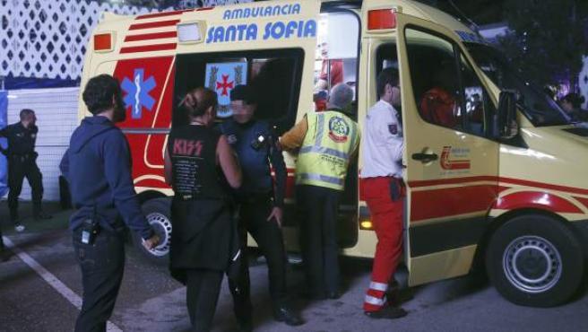 Miembros de los servicios sanitarios se llevan en ambulancia al acróbata accidentado cuando participaba en un espectáculo de entretenimiento en el festival Mad Cool de Madrid.