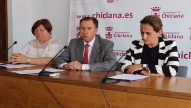 El alcalde de Chiclana y la delegada de Urbanismo responden a los medios.