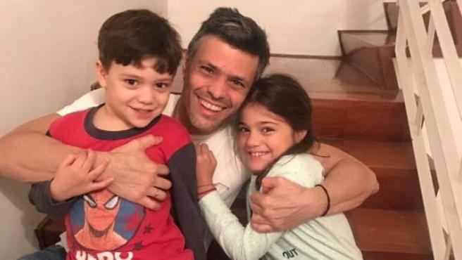 Primera imagen de Leopoldo López con sus hijos tras salir de la cárcel, publicada en Twitter por Cayetana Álvarez de Toledo.