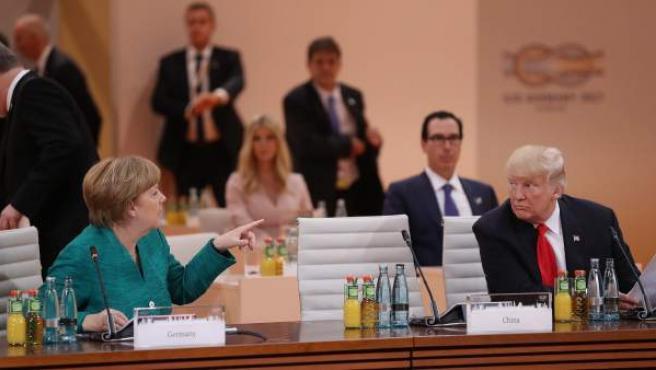 La canciller alemana, Angela Merkel, habla con el presidente de EE UU, Donald Trump, durante la cumbre del G-20 en Hamburgo, Alemania.