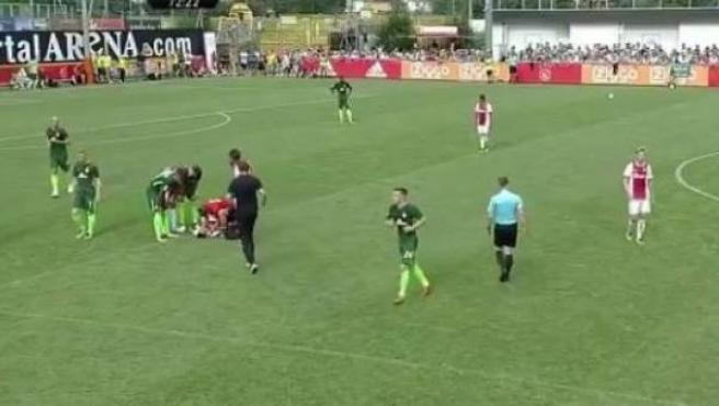 El jugador del Ajax Abdelhak Nouri, atendido por los sanitarios.