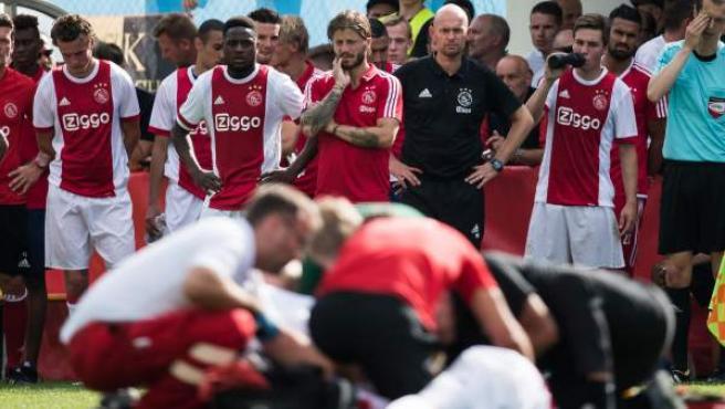 Jugadores y cuerpo técnico del Ajax observan con preocupación cómo el jugador Abdelhak Nouri es atendido tras desmayarse por una arritmia.