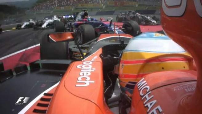 Momento de la colisión entre Fernando Alonso y Daniil Kvyat.