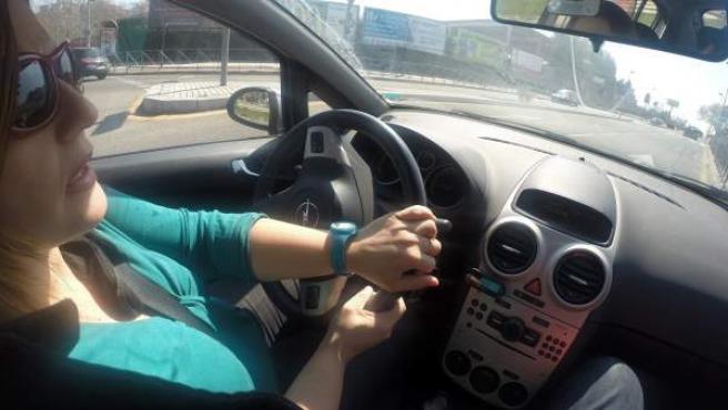 Una mujer conduciendo.