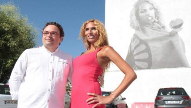 Antonio Rojas y Jenifer Escobedo ante el mural de ésta última
