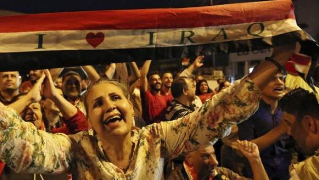 Iraquíes celebran en la plaza Tahrir de Bagdad la liberación de la ciudad de Mosul.
