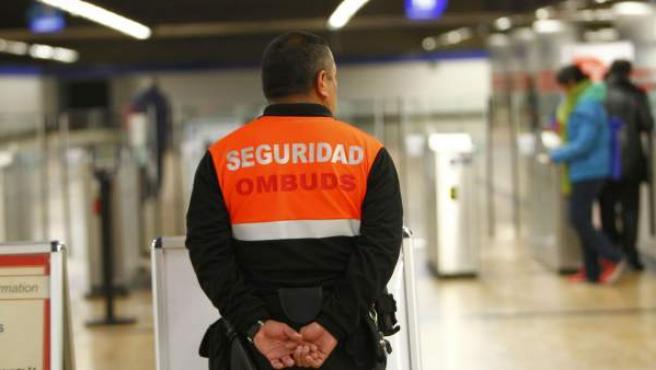 Un vigilante de seguridad de una empresa privada, en el metro de Madrid.