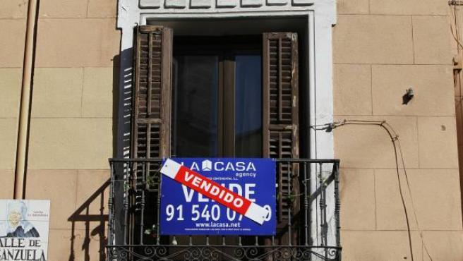 Cartel de piso vendido en un edificio de Madrid.