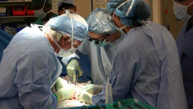 Unos cirujanos operando en quirófano, una imagen muy distinta a la de la moderna cirugía robótica.